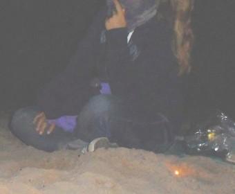 Silvester am Strand. Gut verpackt und glücklich. Foto: Mags Rose