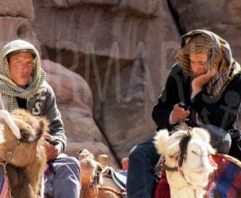 Der Beduine von heute trägt Handy. Foto: cku