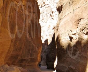 Grand Canyon andersrum: Man guckt nicht runter, sondern hoch. Durch eine Schlucht gelangt man in die Felsenstadt. Foto: cku
