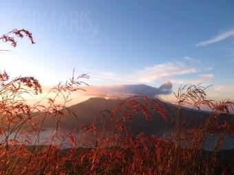 Blick über den Danau Batur zum Nachbarvulkan. Foto: cku