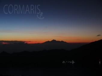 Vulkan der Nachbarinsel Lombok am roten Horizont. Foto: cku