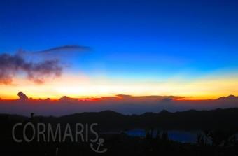 Vorne rechts ist der Danau Bator zu erkennen, darüber: Wolken-Sonnen-Farben-Schönheit. Foto: cku