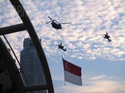 Zur National Day Parade kommt die Flagge angeflogen. Foto: cku