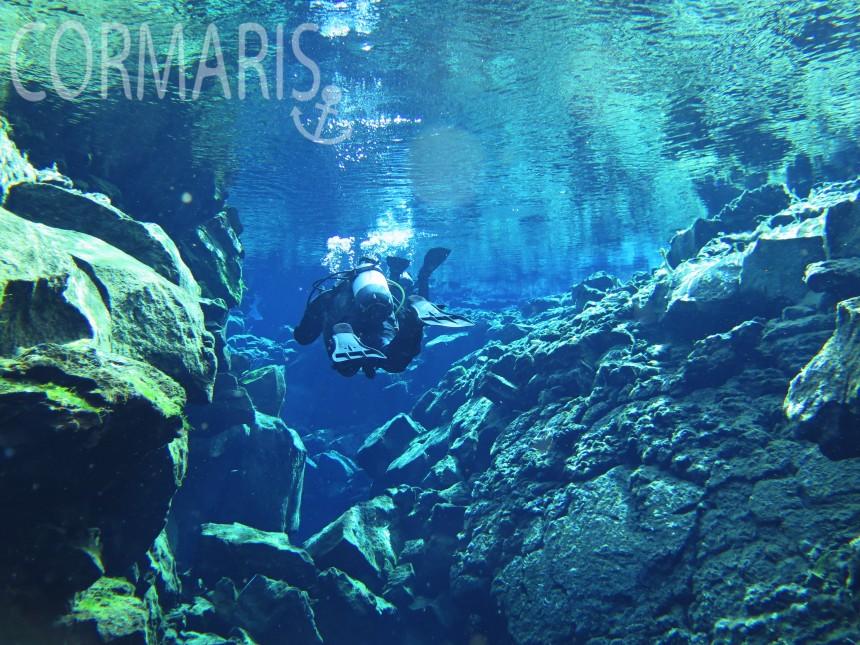 Das Wasser ist so klar, dass sich Oberfläche und Unterwasser-Felsen spiegeln. Foto: cku
