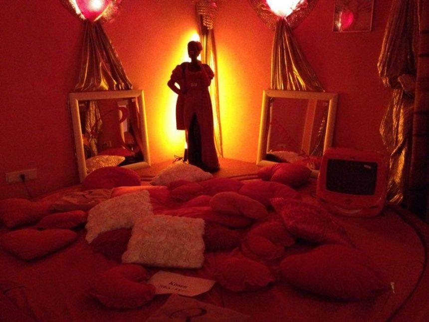 Mehr Klischee geht nicht: In den Zimmern stehen die Betten im Mittelpunkt, was sonst. Und um die Betten ist unfassbar viel Krimskrams dekoriert.