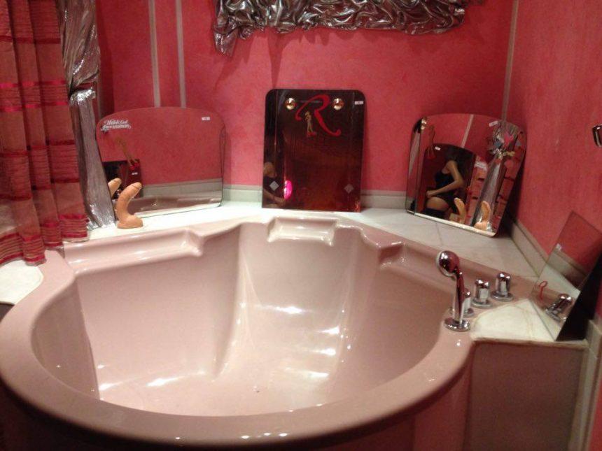 Standard: Badewanne en suite. Bei Bedarf mitsamt Gummigemächt.