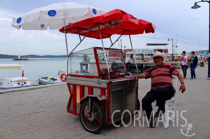 Mandeln kann man hervorragend im Sitzen verkaufen. Foto: cku