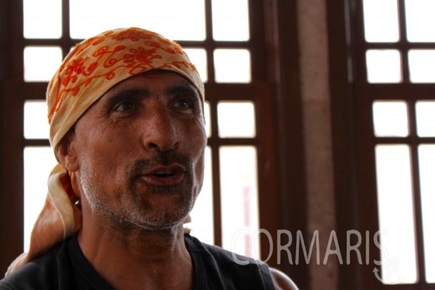 Dieser Herr stampft zehn Stunden am Tag Mokkabohnen zu Pulver. Foto: cku