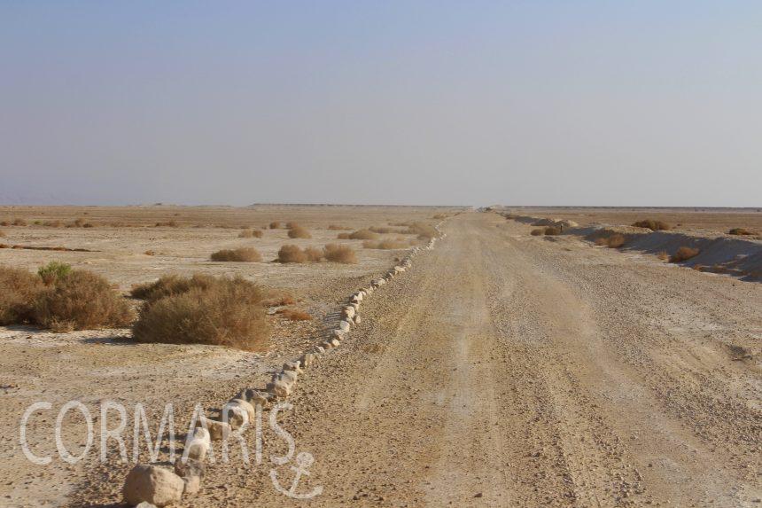 Irgendjemand hat in der Wüste einen Bordstein gebastelt. Kilometerlang. Foto: cku