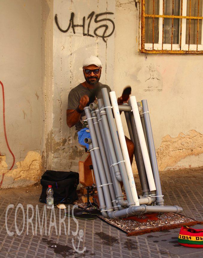Dieser Herr musiziert in Jaffa. Auf Plastikrohren mit Flipflops. Foto: cku