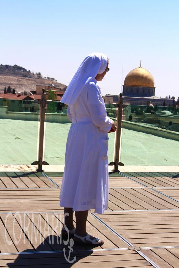 Schwester Bernadette auf der Aussichtsterrasse des Österreichischen Hospizes in Jerusalem. Foto: cku
