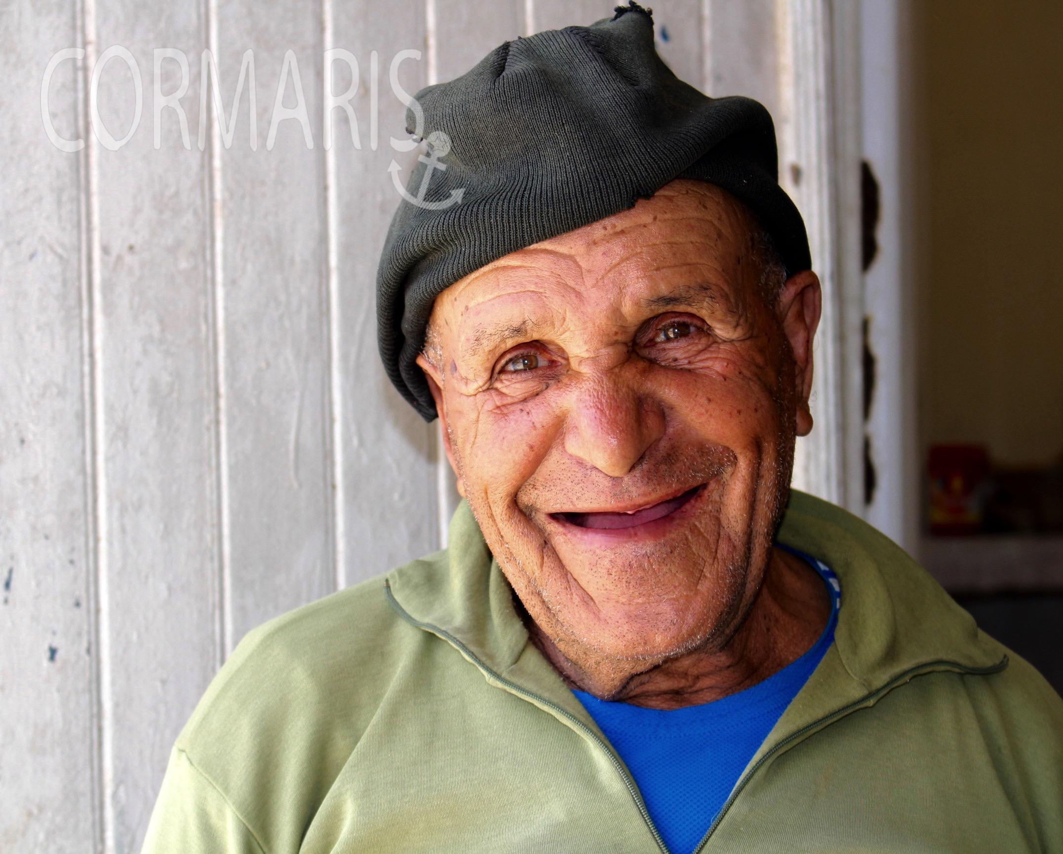 Dieser zahnlose Herr besticht nicht nur durch Gastfreundschaft, sondern auch durch seine so ehrlich lachenden Augen. Foto: cku